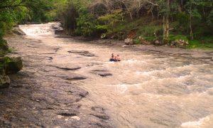 Bambini su un pneumatico, fiume San Gil