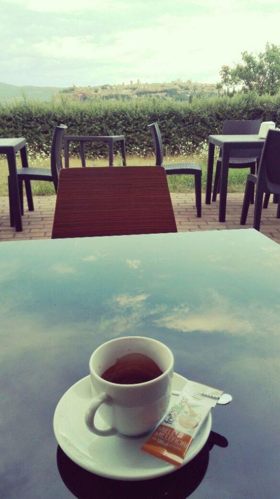caffe-con-riflessi-sul-tavolo.jpg