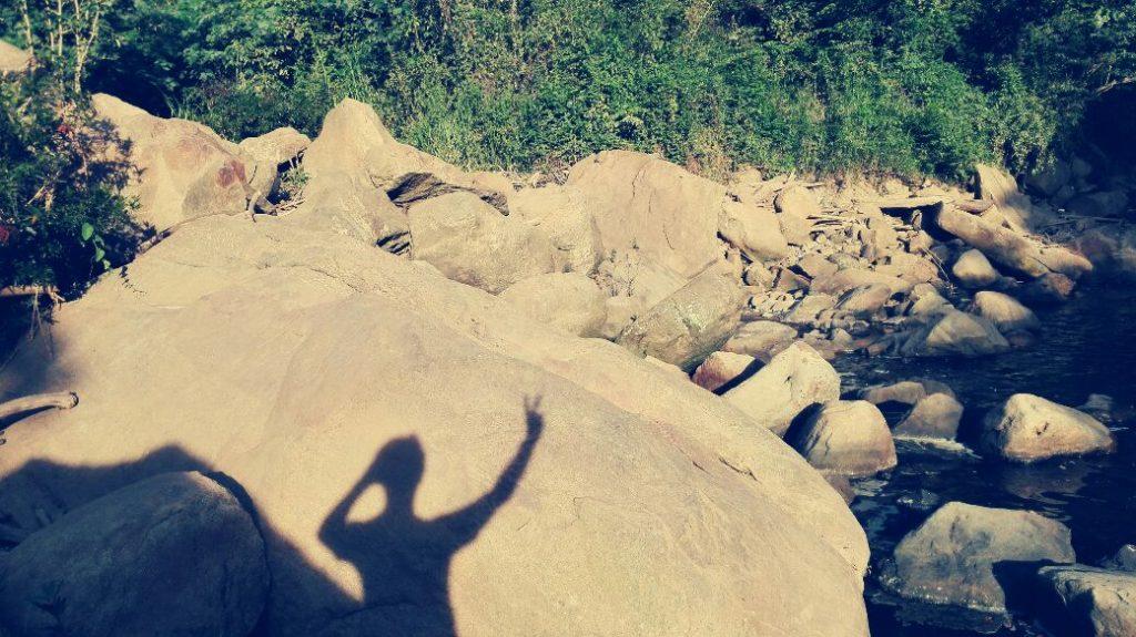 ombra-proiettata-sulla-roccia-durante-un-viaggio