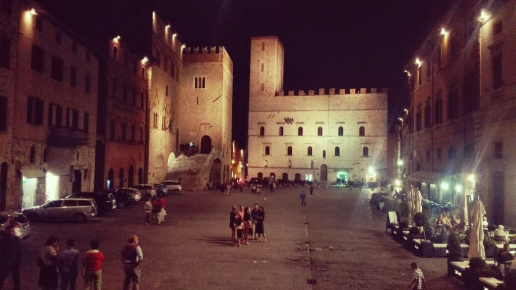 todi-umbria-piazza-centrale.jpg