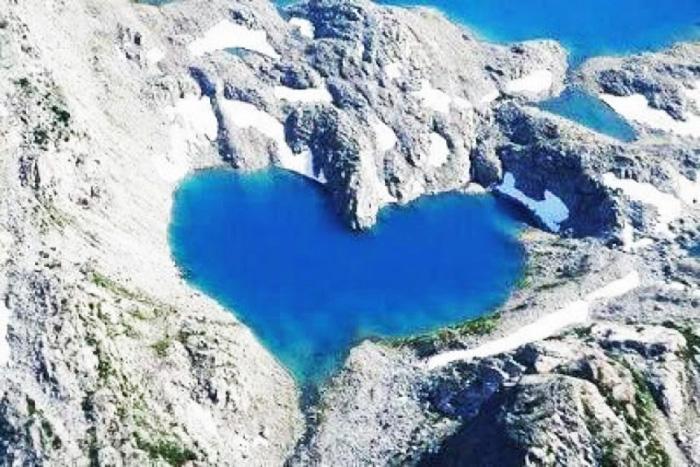 un lago a forma di cuore, per l'articolo niente succede per caso
