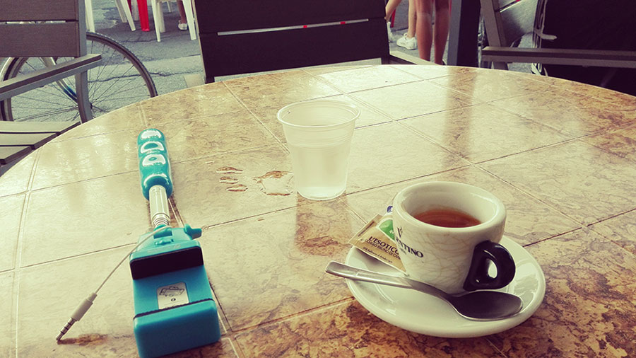selfie-stick-caffe
