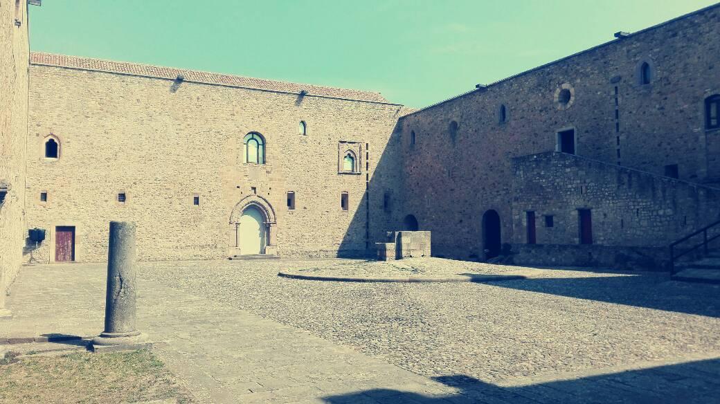 cortile del castello di lagopesole, in cui si girò un film di pasolini