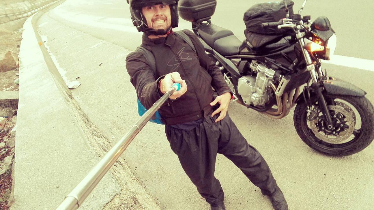 in moto con la pioggia