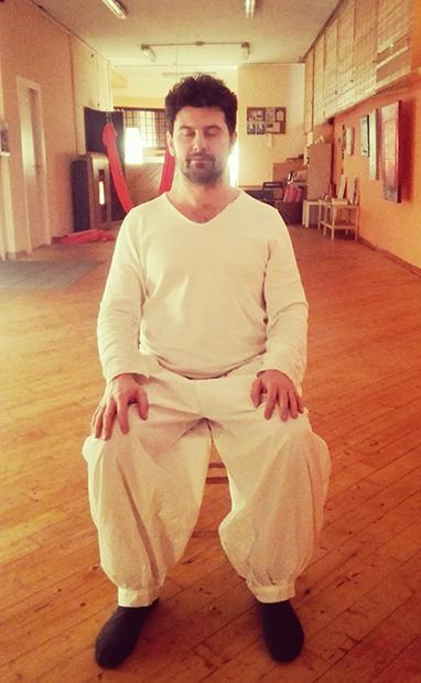 Meditare su una sedia