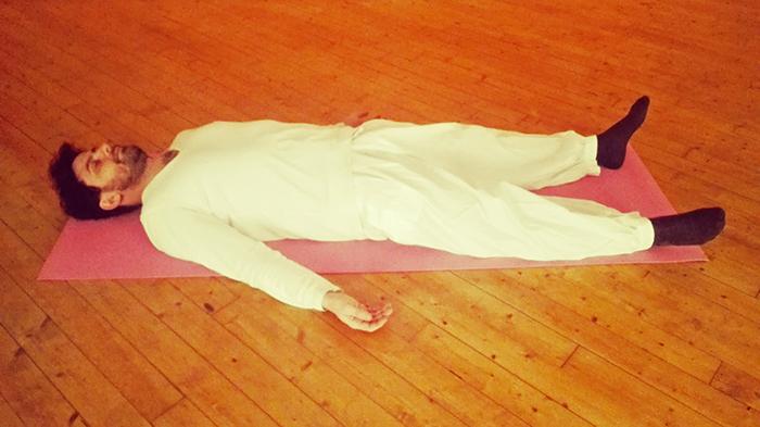 meditare sdraiati, la posizione del shavasana