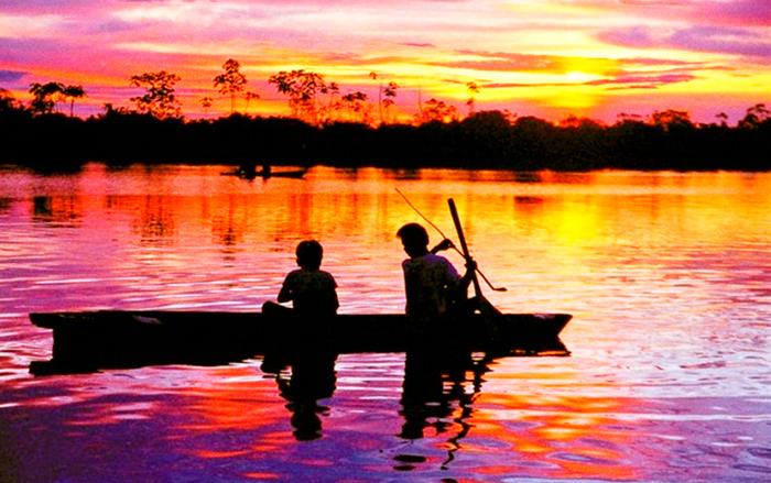 barca sul rio delle amazzoni