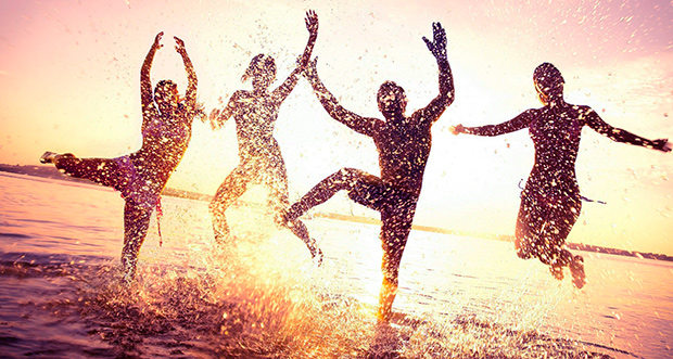 persone danzanti nel mare
