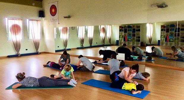 genitori e figli a lezione di yoga
